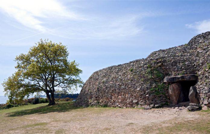 Tumba-y-pasaje-de-Gavrinis-3500-A.C.-Francia.jpg