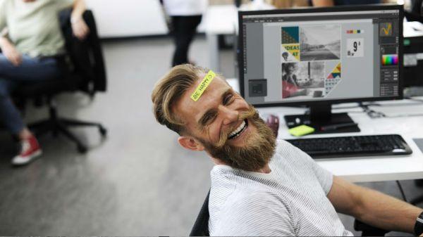 Hombre sonriente en el trabajo