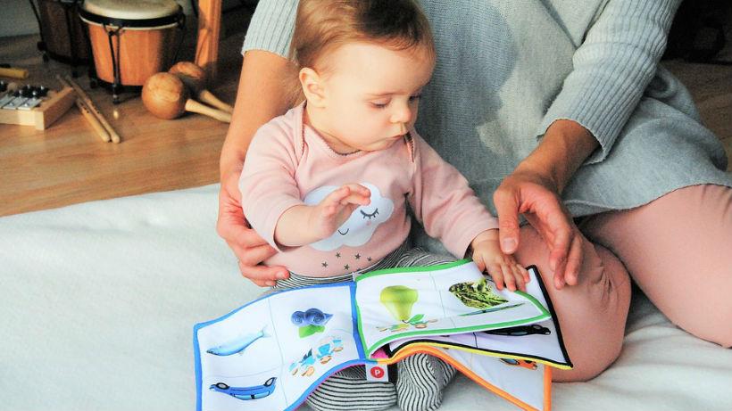 Bebé y mamá leyendo