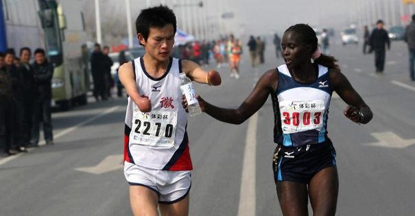 Jacqueline Kiplimo ayuda a un corredor discapacitado en Taiwan