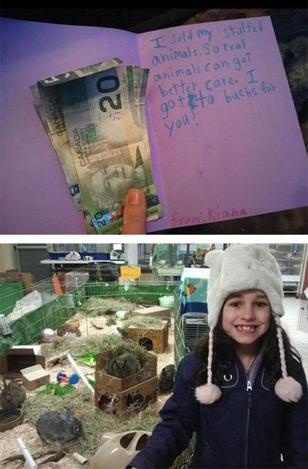 niña vende animales de juguete para donar a un refugio